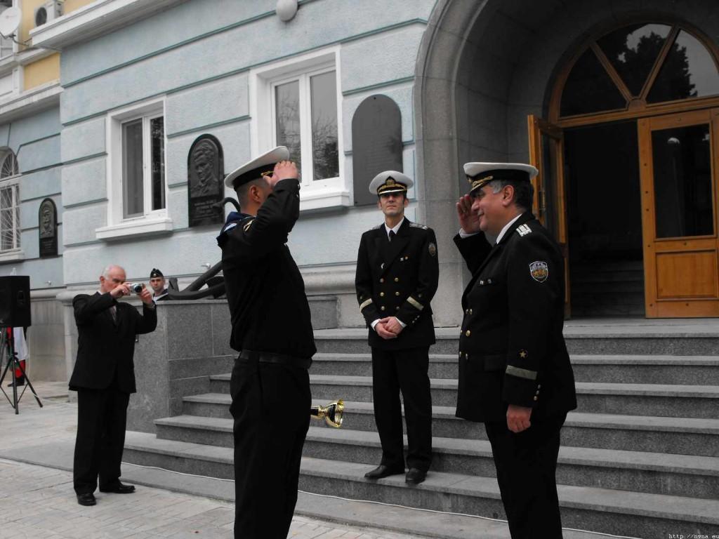 Награждаване на курсанти от ВВМУ по случай Денят на народните будители